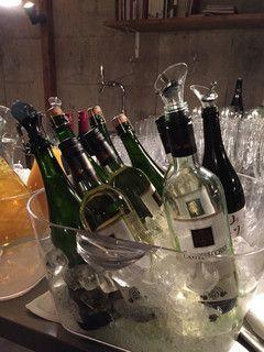 【2016.1月】カウンターにはスパークリング、赤・白ワインやビール、ソフトドリンクが用意されています。