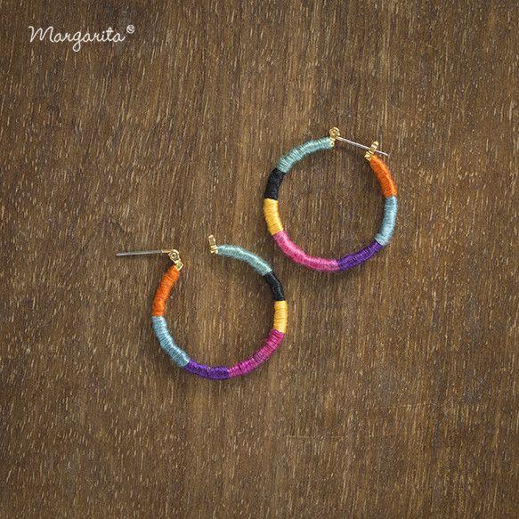 カラフルな糸を使い耳元が明るくなる楽しいピアスを作りました。カジュアルシンプルな装いのアクセントに是非!色違いも販売中です。フープ直径:3cm糸:コットン|ハンドメイド、手作り、手仕事品の通販・販売・購入ならCreema。