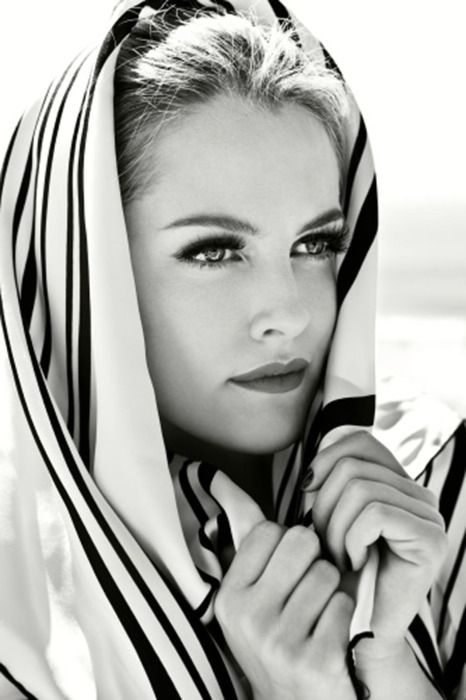 blond beauty: Classy Lady, Head Scarfs, Riley Keough, Black And White, Scarfs Style, Black White, Grace Kelly, Lisa Mary Presley, Elvis Presley