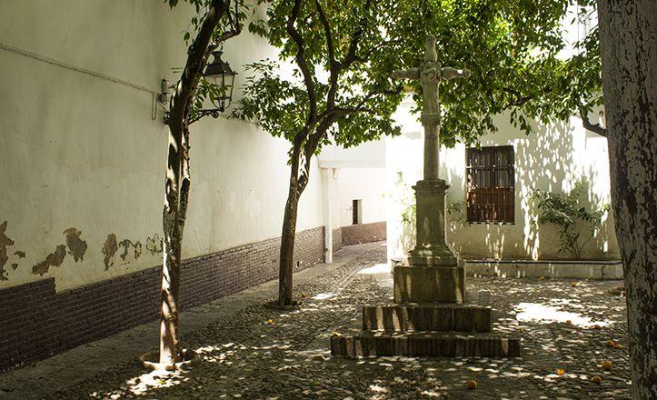 El crucero de la Plaza de Santa Marta se encontraba previamente en el Hospital de San Lázaro, donde hacía las veces de Humilladero
