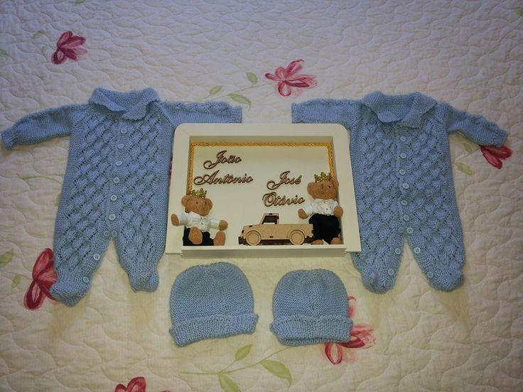 Macacão em trico, toca e enfeite de porta maternidade www.facebook.com/kombidaartenossa