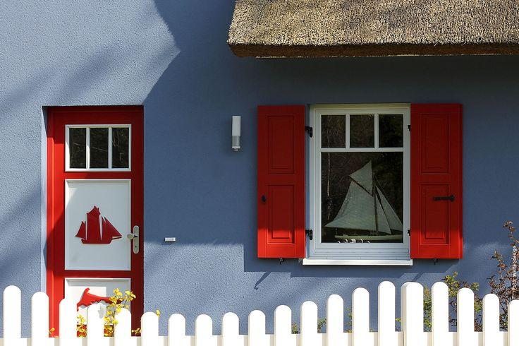 Bemalte Tür und Fensterdekoration an einem Haus in Born.