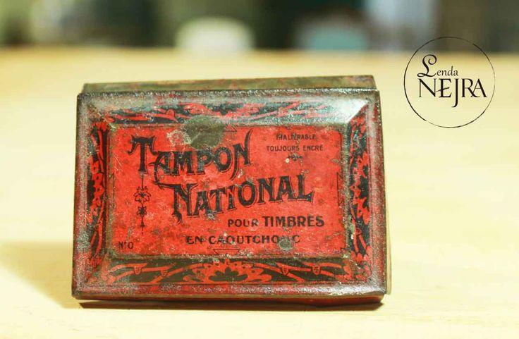 Pequeña caja de lata antigua para sellos. En muy buen estado de conservación.