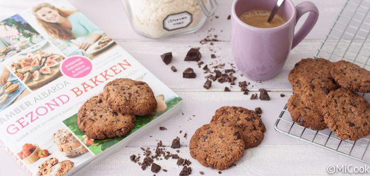 Gezond bakken - Chocolate chips cookies. Een heerlijk recept voor gezonde koekjes uit het nieuwe boek van Amber Albarda: gezond bakken.