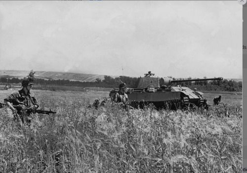 Infantrymen of the division 'Grossdeutschland' advance with a Panther' on the Eastern Front, 1944