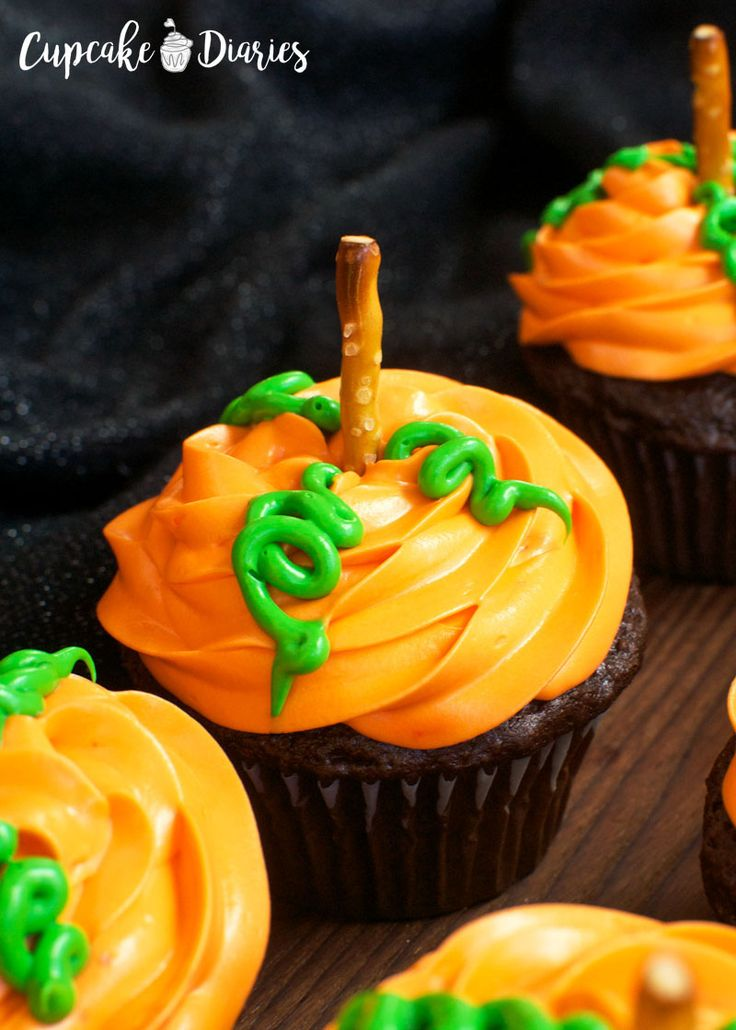 Chocolate Halloween Cupcakes with Cream Cheese Frosting Recipe - cupcake decorating for halloween