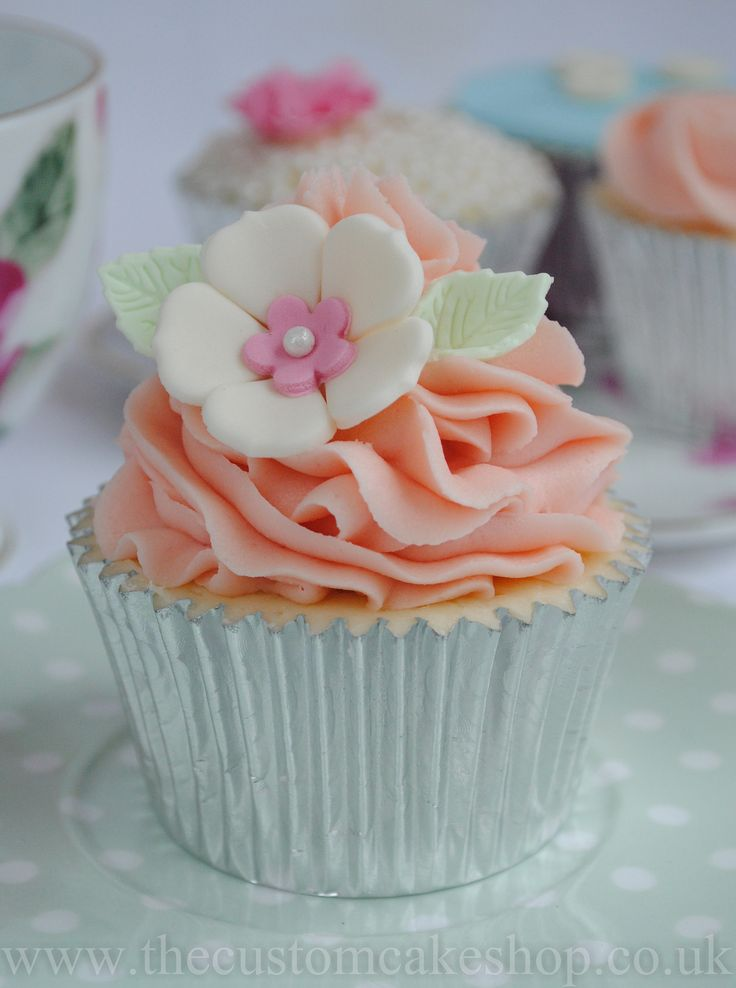 https://flic.kr/p/e4Erap | Pretty Vintage Cupcake | www.thecustomcakeshop.co.uk  www.facebook.com/TheCustomCakeShop