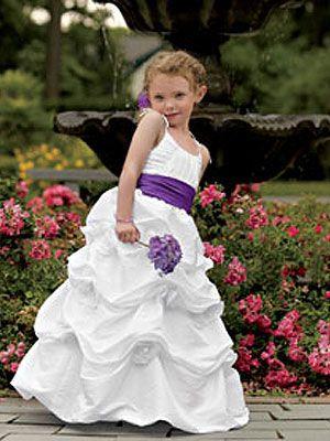 Linda paje con vestido blanco y moño morado. Inspírate más en https://bodatotal.com/