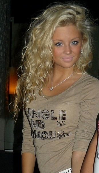 i kinda wish my hair was curly like this somedays but brown.. but then again then id prob always want it straight lol