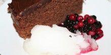 Her er champagnesorbeten serveres sammen med chokoladekage og råsyltede skovbær.
