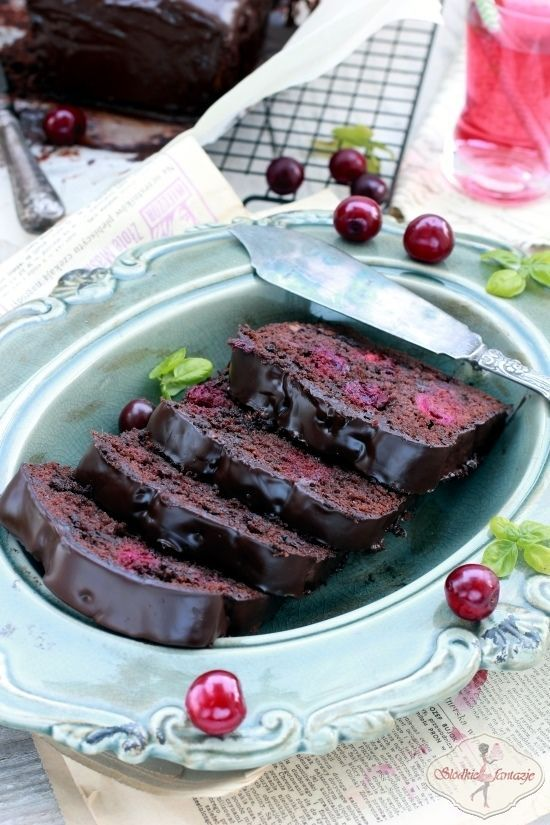 Pyszne ciasto podwójnie czekoladowe - z kawałkami czekolady i wiśniami.