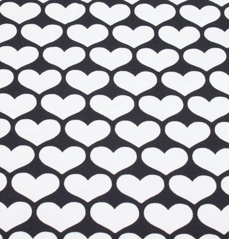 SORT JERSEY MED HJERTER - OEKO TEX 100  Sort jersey med hvide hjerter.  92 % bomuld, 8% elasthan.  Produceret efter Oeko Tex 100 standarden, hvilket betyder at denne metervare ikke indeholder skadelige stoffer.  Bredde 160 cm.  Vaskes ved max 30 grader, tåler ikke tørretumbling.  God til syning af f.eks. t-shirts, bluser, kjoler og boligtekstiler.  Mindstekøb er 0,5 meter.