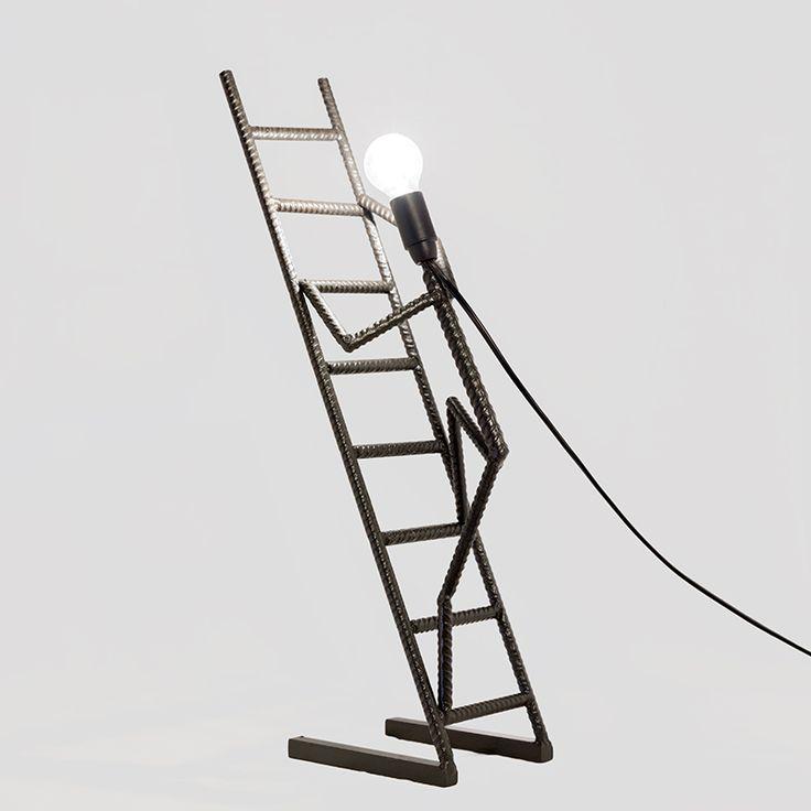 La Scalata  Lampada da tavolo creata utilizzando tondini da cemento armato.  Ideale su scrivanie e mobili di ogni genere.  Ferro trattato con vernice antiruggine color grafite  Lampada: attacco E14 (attacco piccolo)  Dimensioni: 40x18x15 cm