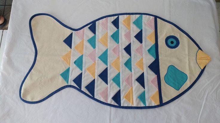 Jogo Americano em patchwork representando a piranha, peixe típico da Bacia do Rio São Francisco.  Tamanho 0,45 cm x 33,0 cm.  Produzido pelo Empreendimento Arte Vida de Matias Cardoso  Contato para encomendas (38) 99137-6148 zap/Tim (Selma)