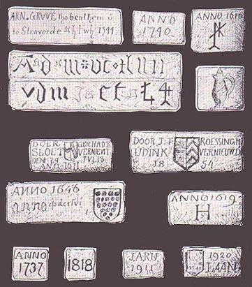 """Van hand tot hand   Singraven, de naam betekent """"grote gracht"""",  wordt voor het eerst vermeld in 1381 en het eerste Huis Singraven dateert uit 1415. In een oorkonde uit 1448 wordt de watermolen voor het eerst genoemd. Een kleine eeuw later, in 1515, verkochten de begijnen van een klooster te Oldenzaal het landgoed, met molen en alle rechten op de beek aan de graaf van Bentheim. De graaf gebruikte het landgoed vooral voor de jacht. De begijnen hadden er maar een tien jaar gewoond.   In de…"""