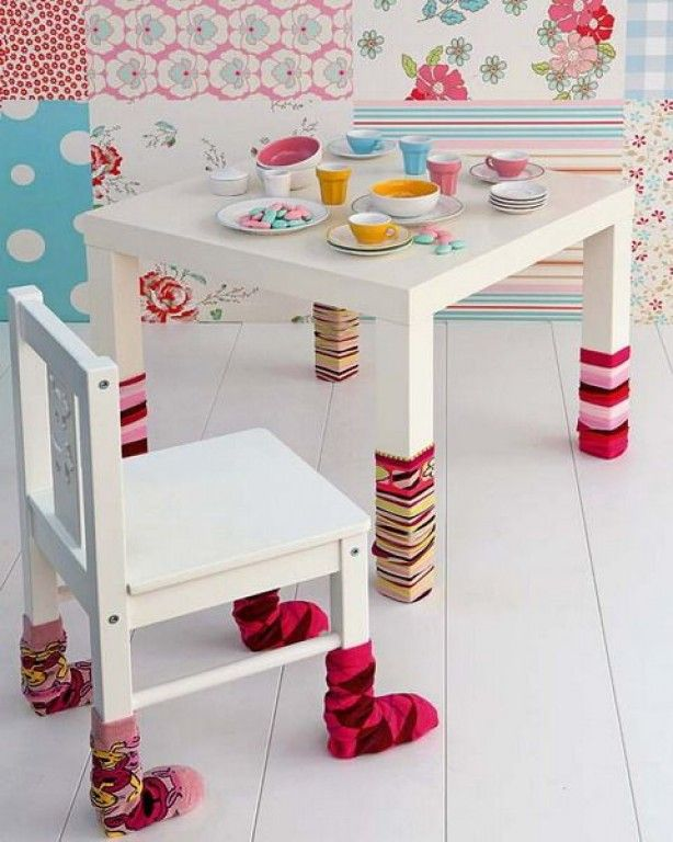 versier de kindertafel en stoel met kleurige kousen