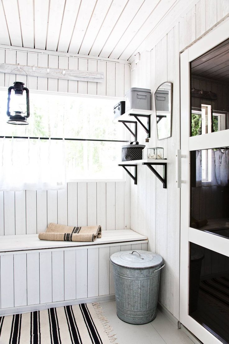 Vanhan pukuhuoneen muovimatot revittiin pois ja paneelit maalattiin valkoisiksi. Valkoisesta tulee puhdas tunnelma.