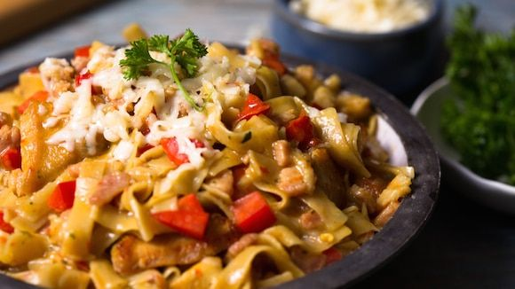 Mac & cheese with chicken and veggies is an easy dinner for any night of the week.  A little bacon makes this cheesy pasta recipe extra rich and savory. Cook Knorr® Pasta Sides™ Chicken Flavor in the same pan used for the bacon to get the best flavor!