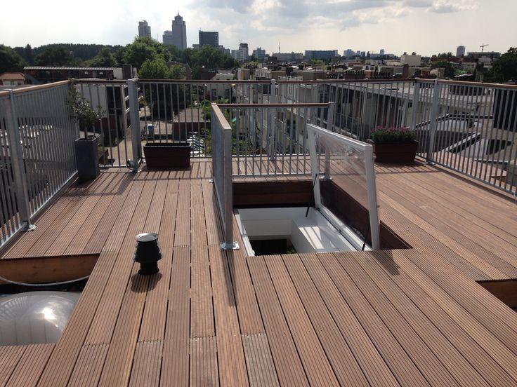Inspiratie dakterras met stalen hekwerk en hardhouten toplat in Amsterdam.