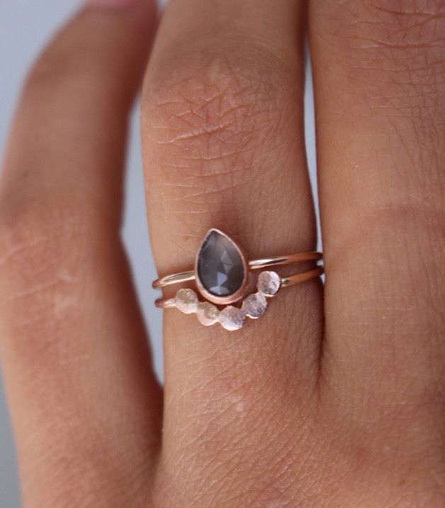Set aus zwei Verlobungsringen angefertigt aus massivem 585 Roségold: * ein Ring mit birnenförmigem Mondstein. Der Stein ist facettiert, AAA Qualität, hat eine wunderschöne graue Farbe und ist 7 mm...
