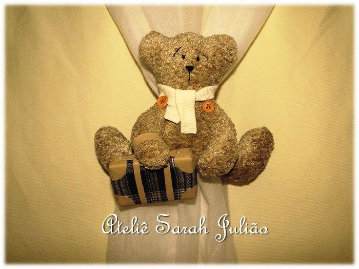 Abraçadeiras de cortinas no tema viajem com ursinho felpudo. Fechamento com amarração de tiras de tecido em tricoline.