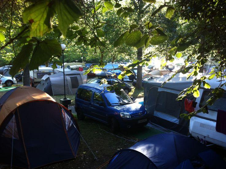 Zona de acampada del Camping Playa de la Franca (Asturias) en agosto