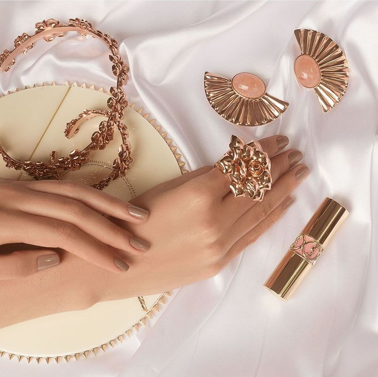 A bit of romance to your summer look #SendaNellyRojas #EsenciaCarmesi #Jewelry #Joyas #SendaChoker #SendaSummer #HandMade #AnilloCarmel #StatementJewelry #AbanicoAlmudena #CarmelinaChoker Eliminar comentario