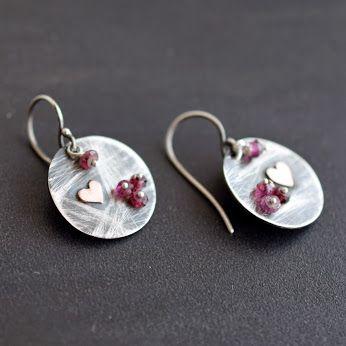 Χειροποίητα μικρά σκουλαρίκια από οξειδωμένο ασήμι 925 & χαλκό με πέτρες γρανάτη.