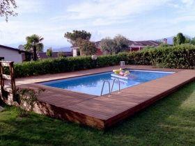 Pedana in listoni di legno di pino nordico per piscina fuori terra.