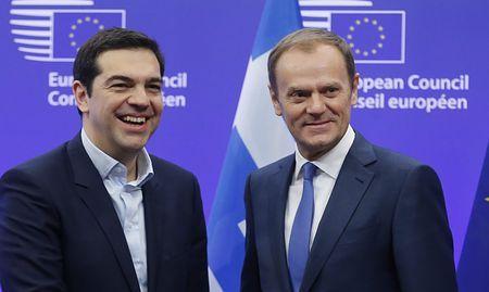 4日、ブリュッセルで、ギリシャのチプラス首相(左)を迎える欧州連合(EU)のトゥスク大統領(EPA=時事) ▼5Feb2015時事通信|財政再建へ「4カ年計画」提案=EU首脳と会談-ギリシャ首相 http://www.jiji.com/jc/zc?k=201502/2015020400946