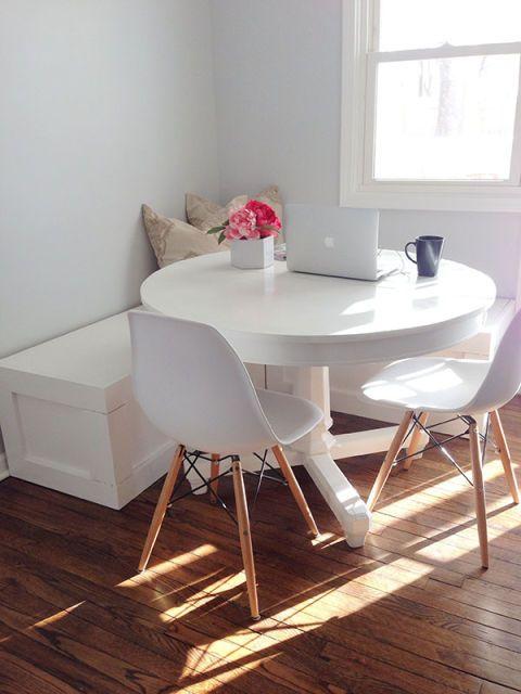 Una multitud unida puede unirse a un pequeño espacio para comer cuando tiene una mesa sin esquinas y un banco envolvente.  Vea más en Ashley Ella Design »