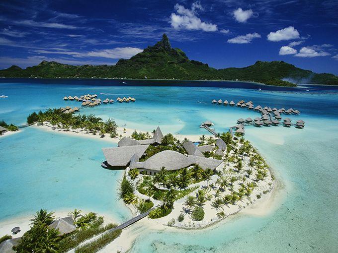 """サンゴ礁に包まれた""""太平洋の真珠""""へ  南太平洋のフランス領ポリネシアに属し、青い海に宝石のような島々が散りばめられたタヒチ。かつて画家ポール・ゴーギャンが晩年を過ごしたこの場所には、個性豊かな島々を舞台にしたとびきりのリゾートが点在しています。中央に標高約727mのオテマヌ山がそびえ立つボラボラ島は、その美しさから""""太平洋の真珠""""とも称される島。ボラボラ島を代表するリゾート「ル・メリディアン・ボラボラ」に滞在すれば、水上コテージから眺める楽園の風景を心ゆくまで楽しめます。"""