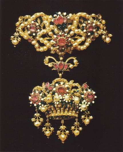 Ornamento da corsetto in oro, perle naturali, rubini e smalti Sicilia - Sec.XVII. Manifattura trapanese.