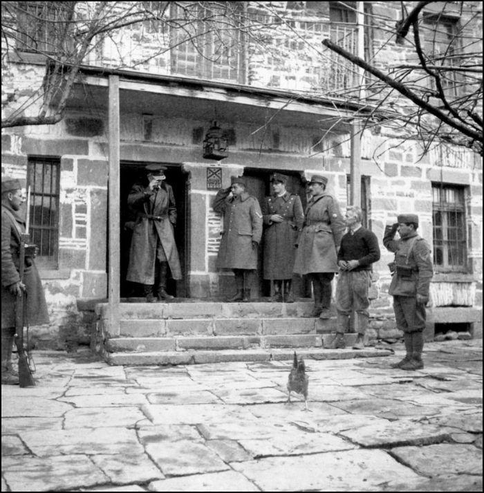 ΦΩΤΟΓΡΑΦΟΙ ΣΤΗΝ ΑΛΒΑΝΙΑ-ΕΛΛΗΝΟΙΤΑΛΙΚΟΣ ΠΟΛΕΜΟΣ-1940-WWII-ΦΩΤΟΓΡΑΦΙΕΣ ΑΠΟ ΤΟ ΑΛΒΑΝΙΚΟ ΜΕΤΩΠΟΑρχές Φεβρουαρίου 1941, Μπομπόστιτσα. Ο αρχιστράτηγος Αλέξανδρος Παπάγος εξέρχεται από σύσκεψη επιτελών στον Σταθμό Διοίκησης του Ε' Σώματος Στρατού. Οκτώ χρόνια αργότερα, ετοιμάζοντας ο Παπάγος την αγγλόγλωσση έκδοση στο βιβλίο του «Ο Πόλεμος της Ελλάδος», θα ζητήσει τη συνδρομή του Χαρισιάδη οτην εικονογράφηση. Αυτή θα σταθεί η πρώτη ομαδική δημοσίευση φωτογραφιών από το αλβανικό μέτωπο.-