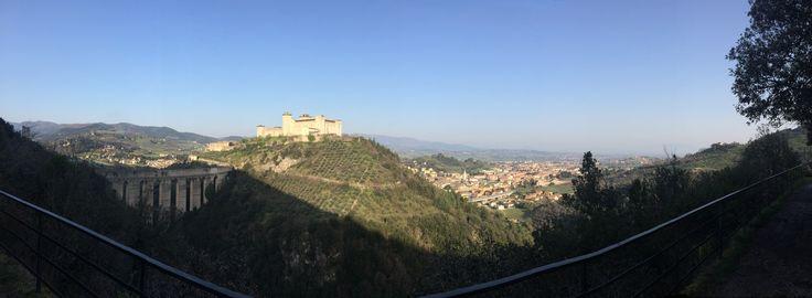 "Panoramica ""Spoleto è la scoperta più bella che ho fatto in Italia, c'è una tale ricchezza di bellezze pressoché sconosciute, di monti, di valli, foreste di querce, conventi, cascate!"" Hermann Hesse, in una cartolina a sua moglie, 28 aprile 1911."