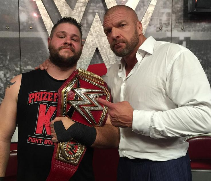 Kevin Owens como WWE Universal Champion junto a Triple H (29/08/2016)…