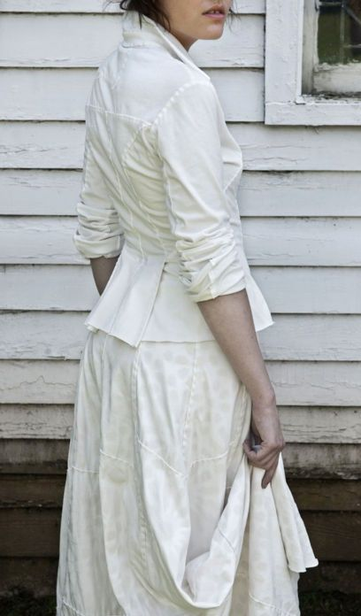 Тема творчества Натали Чанин не так давно появлялась на страницах журнала Ярмарки Мастеров. Natalie Chanin — дизайнер одежды из США, которая использует ткани из органического хлопка ручной работы. Натали украшает ткани в технике прямой и обратной аппликации, кружева ришелье, вышивки лентами и бисером. В итоге такой обработки ткани приобретают неповторимую фактуру, которая в сочетании с…