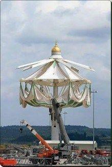 <p>Jeudi dernier, les travaux pour la mise en place du plus grand parasol au monde, ont débuté dans l'enceinte de la mosquée de la Mecque. Celui-ci serale premier des huit parasols géants. 54 a