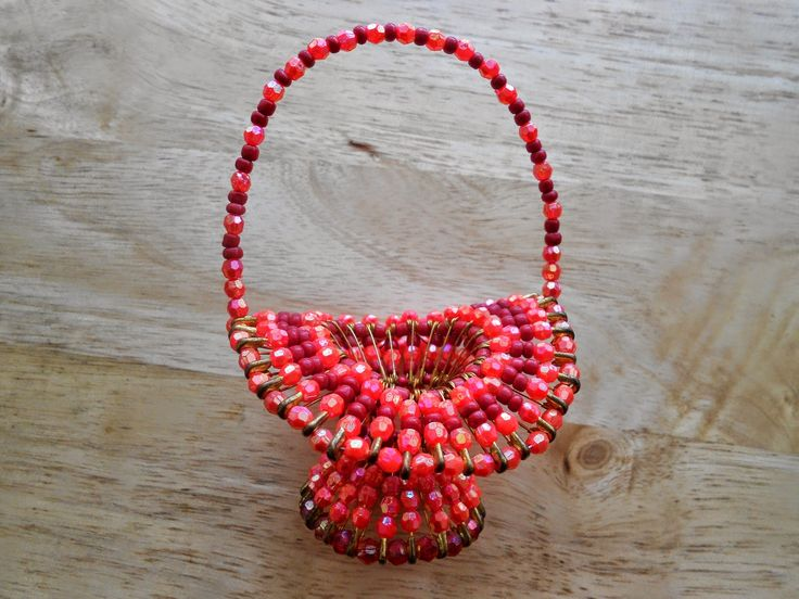 Izabela craftwork .... red beaded basket: http://izabelacraftwork.blogspot.ro/2014/07/beaded-basket.html