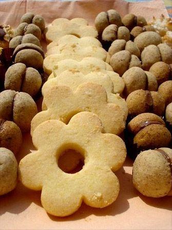 CANESTRELLI - Dal sapore delizioso e irreistibile i canestrelli sono un tipo di dolce rinomato in tutto il territorio italiano, in particolar modo in Liguria e in Piemonte. Data la loro diffusione è possibile ritrovare questo prelibato tipo di biscotti in diverse varianti: i canestrelli biellesi, per esempio, sono costituiti di due cialde con