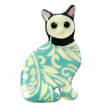 Акула Элли Ювелирные изделия Брайтон музей кошка брошьЭта брошь вдохновлен причудливый пары Эмиль Галле кошки в Брайтон музея. Номера оформлены в коллаж различных документов, incuding Японский Chiyogami бумагу, он также имеет угольно-черный Swarovski Crystal Eyes и милый розовый шарик нос. Брошь закончил в толстым слоем прозрачного глянцевого смолы, площадью примерно 3 x 4.5 см