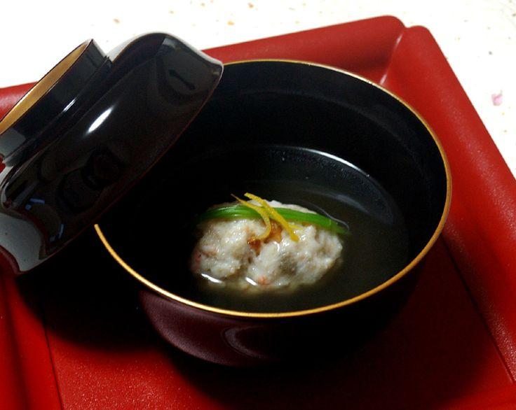 海老しんじょうのなかに揚げにんにくを入れて上品なお吸い物に。