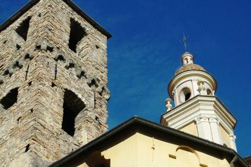 Vallebona (IM), campanile - di forma quadrangolare - del XII-XIII sec. della Chiesa Parrocchiale di S. Lorenzo - non interessato dalla trasformazione barocca del citato edificio sacro - e campanile barocco (XVIII sec.), condiviso anche con l'Oratorio della Natività di Maria Santissima