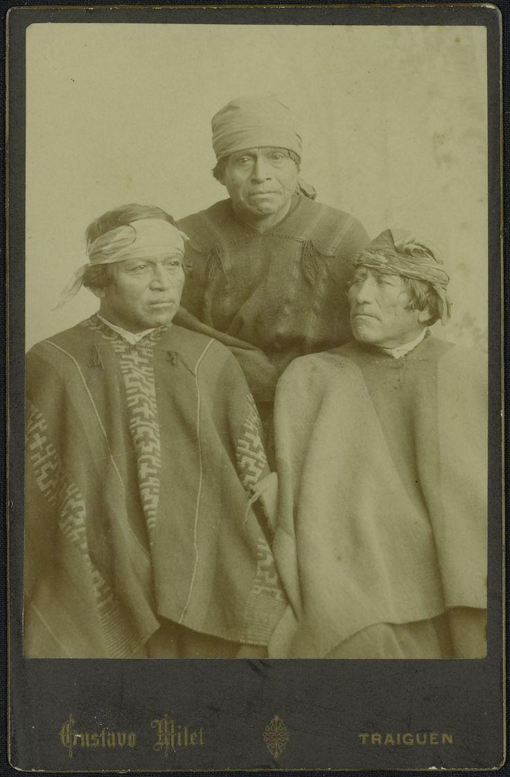 "Groepsportret van drie Indiaanse mannen behorend tot de Araucanen-stam uit Zuid-Chili, ""Indios Araucanos de Traiguen"""
