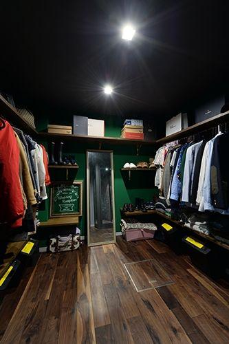 <p>ハンガーと棚を組み合わせてディスプレイを楽しむ、お店のようなウォークインクローゼット。</p>