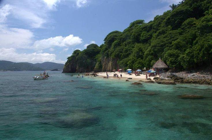 #IslaDelCoral. La #Isla del #Coral se ha convertido en un icono turístico de #RincónDeGuayabitos, con su hermosa #playa (certificada como #PlayaLimpia por la #SEMARNAT) que semeja un #acuario #natural impresionante en el que se puede practicar #buceo y #snorkel, al tiempo que se admira la gran variedad de #fauna y #flora marina. Se localiza a 3 kilómetros de Rincón de #Guayabitos, desde donde los prestadores de servicios turísticos ubicados en zona de playa ofrecen los paseos en lancha…
