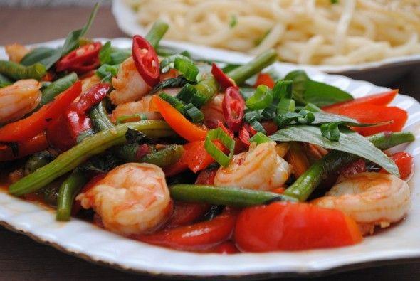 Pad krapow - pikantne aromatyczne tajskie danie z krewetkami, papryką, fasolką w sosie ostrygowym z tajską bazylią. Ostre od chilli, pyszne i doskonałe.