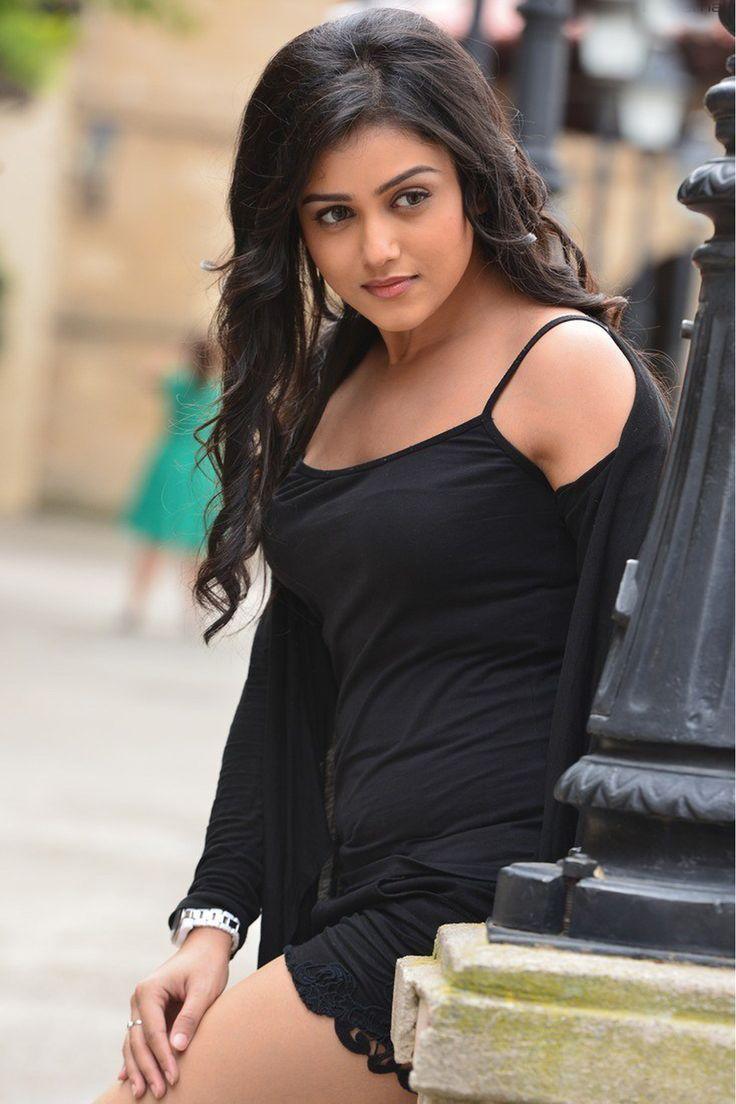 Actress Mishti Chakraborty thighs stills