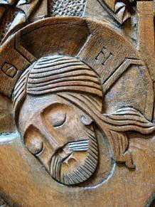 Gros plan du visage du Christ d'une croix orthodoxe en bois sculpté