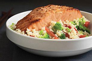 Si vous avez toujours voulu essayer de préparer du poisson à la maison, cette recette facile de saumon est pour vous! Les filets de saumon sont largement disponibles et, grâce à la vinaigrette Asiatique au sésame SIGNATURE KRAFT, se préparent sans mystère. Servez-les avec du riz aux légumes et vous aurez un plat principal en quelques minutes.